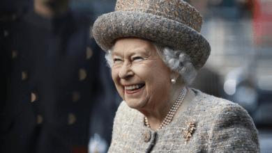 Photo of Почему королева Елизавета II всегда носит 3 нити жемчуга?