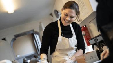Photo of Кронпринцесса Швеции поработала волонтером, чтобы помочь бездомным